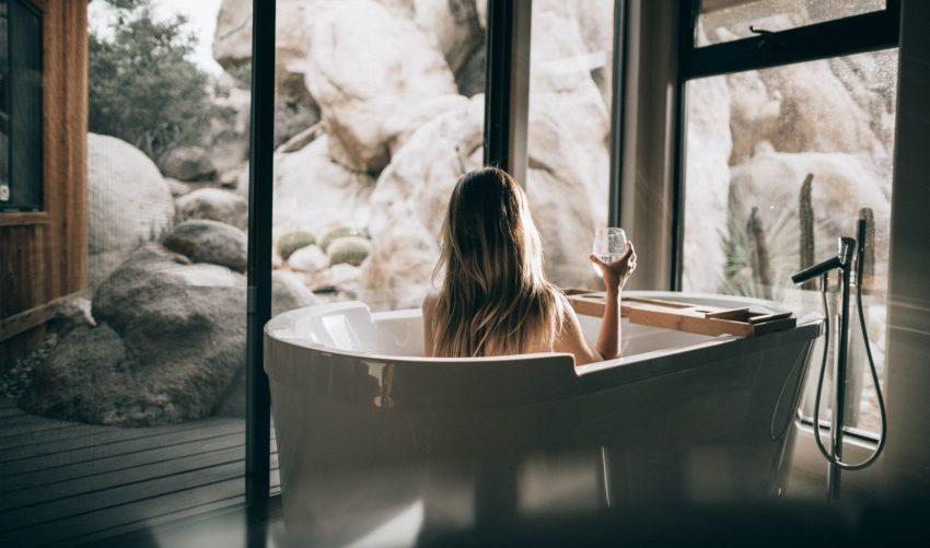 Badkamer met vrouw in bad