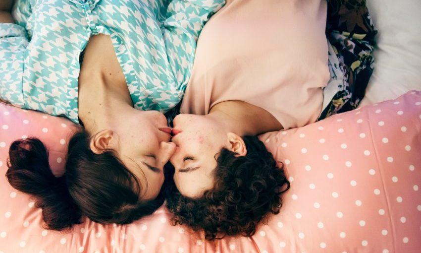 Jongen en meisje samen liggend op bed