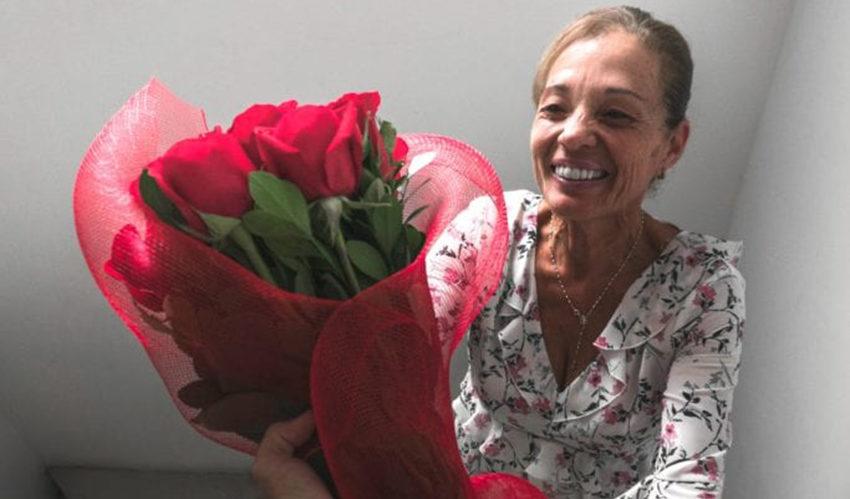 Moederdag Moeder krijgt bos rozen