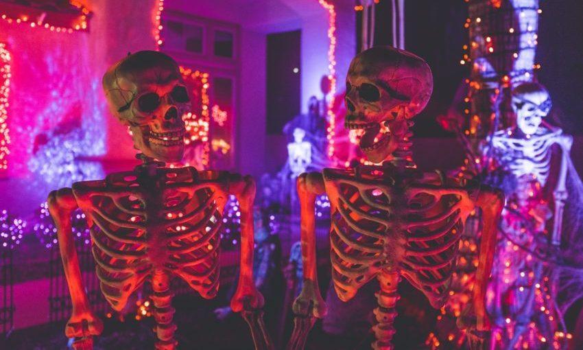 Halloween tafereel met skeletten