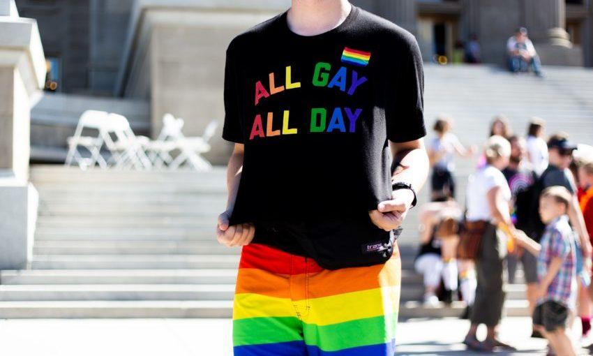 Man met gay pride regenboogkleding aan